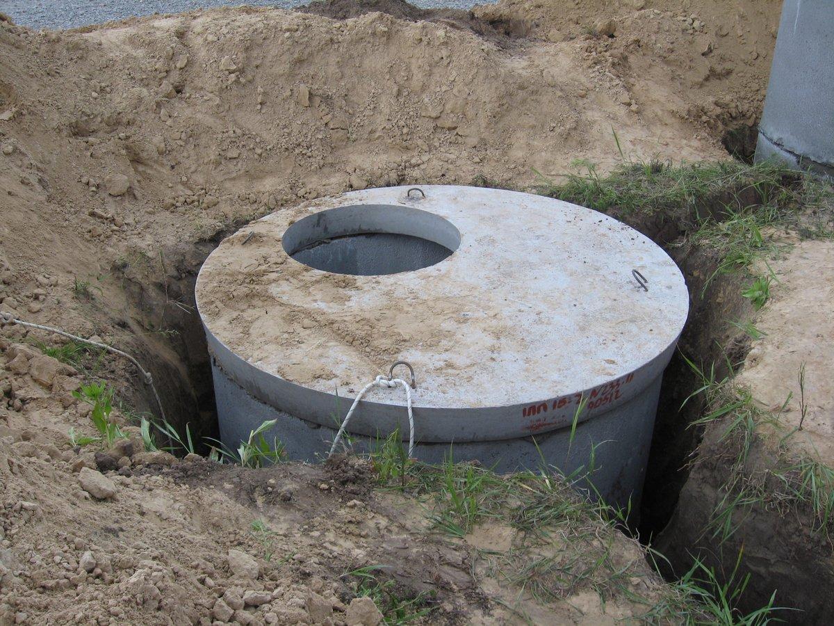 септик из бетонных колец, сверху закрытый крышкой